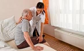 על בחירה בין מטפל סיעודי ביתי או מעבר לחיים בבית אבות