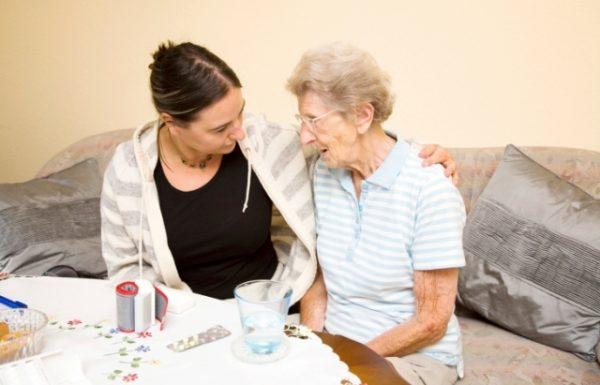 שיקולים שיעזרו להחליט בין מטפל סיעודי ביתי או מעבר לחיים בבית אבות